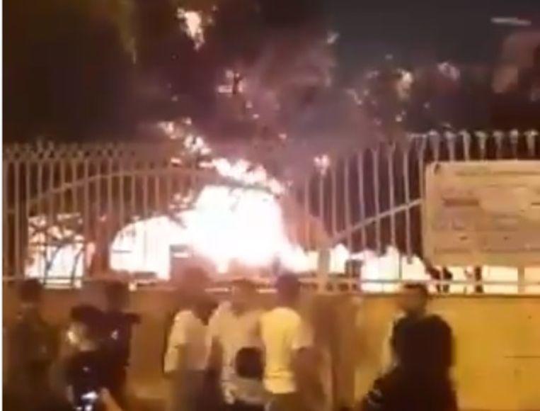 Een screenshot van het in brand gestoken ziekenhuis.