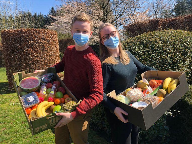 Alex (19) en Julie (22) Dingemans verdelen met 'happyfoodboxes' pakketten met groenten en fruit, charcuterie, vlees of verse vis aan winkelprijs in Schilde en omstreken.
