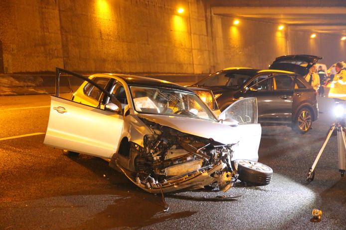 De bestuurder en de bijrijder zijn gewond geraakt tijdens een ongeval op de A13. Een derde inzittende kwam met de schrik vrij.