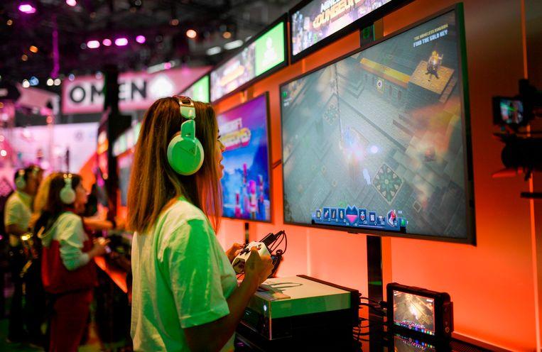 Een jonge vrouw speelt op de Xbox op een gamebeurs in Keulen (archieffoto augustus 2019).