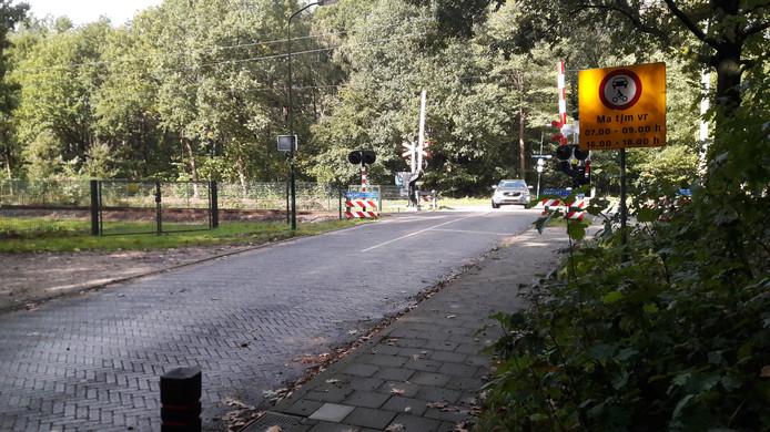 De spoorwegovergang tussen de Foekenlaan en de Den Blieklaan is in de spitsuren verboden voor verkeer.