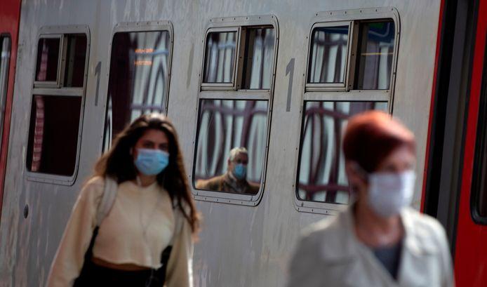 Sinds 4 mei moeten de Belgen een mondkapje dragen in het openbaar vervoer.
