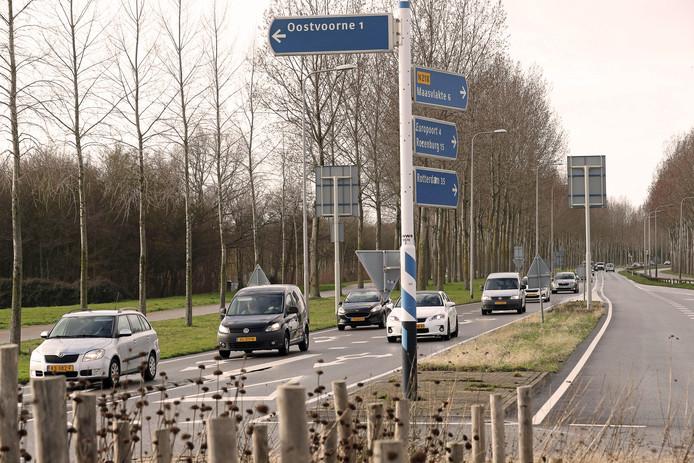 De kentekens van alle auto's die Oostvoorne in- én uitrijden worden met een camera vastgelegd.