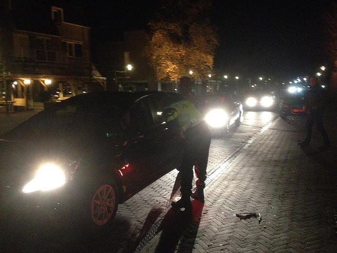 De politie ondervraagt passanten, een week na het gewelddadige zedenmisdrijf in Zelhem.