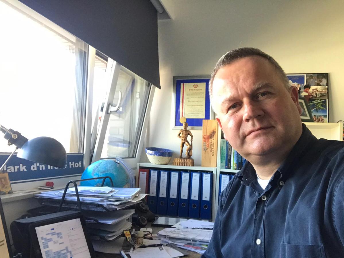 Selfie van Mark van Stappershoef, burgemeester van Goirle, in zijn werkkamer.