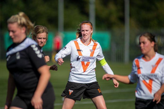 Meggy Wijnen neemt als aanvoerder van Victoria Boys haar team bij de hand.