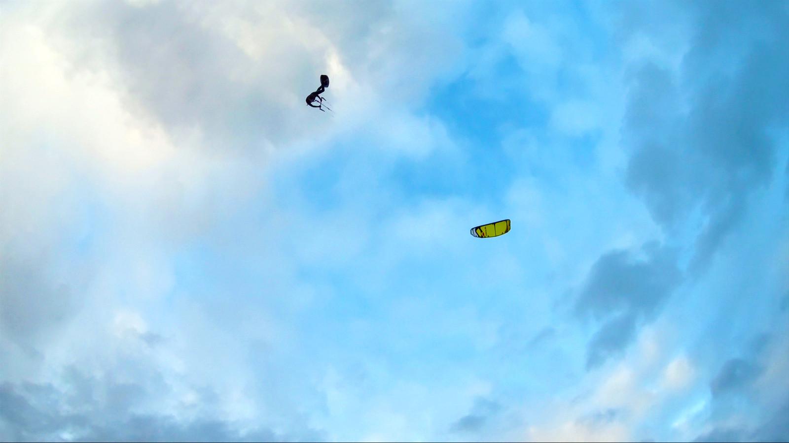 Kitesurftalent Jamie Overbeek uit Ulft tijdens één van zijn hoge sprongen op het IJsselmeer.