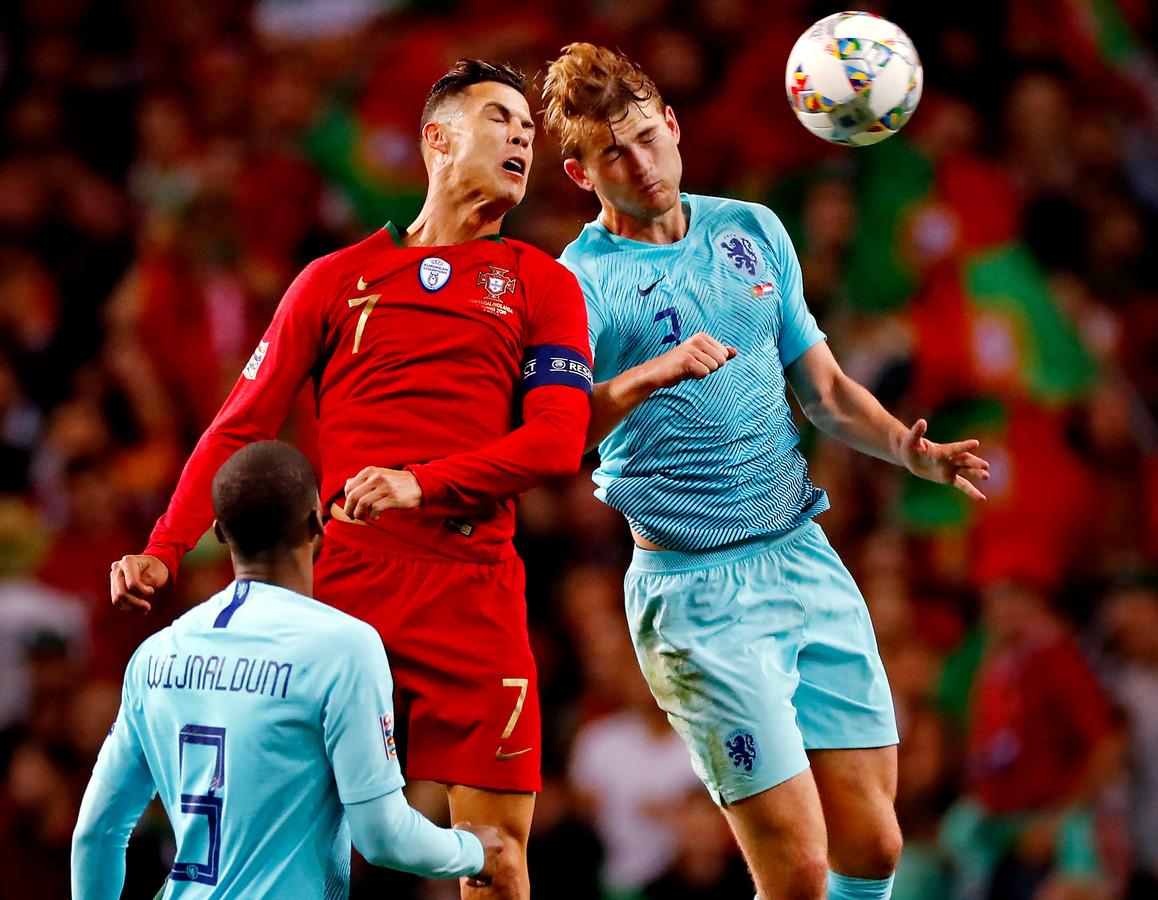 Matthijs de Ligt in een luchtduel met Cristiano Ronaldo.