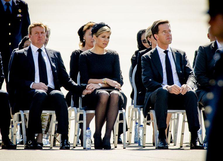 Koning Willem-Alexander, koningin Maxima en premier Rutte op vliegbasis Eindhoven tijdens de terugkeer van de eerste slachtoffers van vliegramp MH17. Beeld null