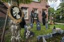 Het Halloweenhuis van Christina (met wit masker) en Marijn in de Zuilenstraat.