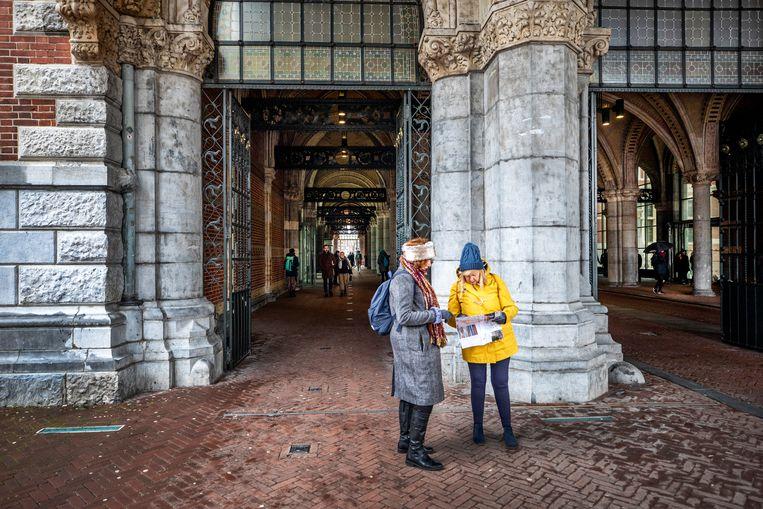Bezoekers staan vrijdag voor een dicht Rijksmuseum. Beeld Raymond Rutting / de Volkskrant