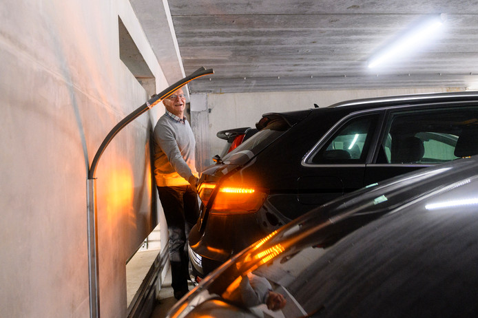 Herman Meijer in de parkeergarage op de plek waar de oplaadpunten zouden komen. Er is wel een kabel maar geen oplaadpunt.
