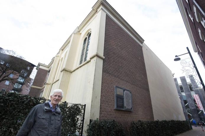 Henk de Haan van historische vereniging Deutekom bij de Baptistenkapel met de gevelstenen.