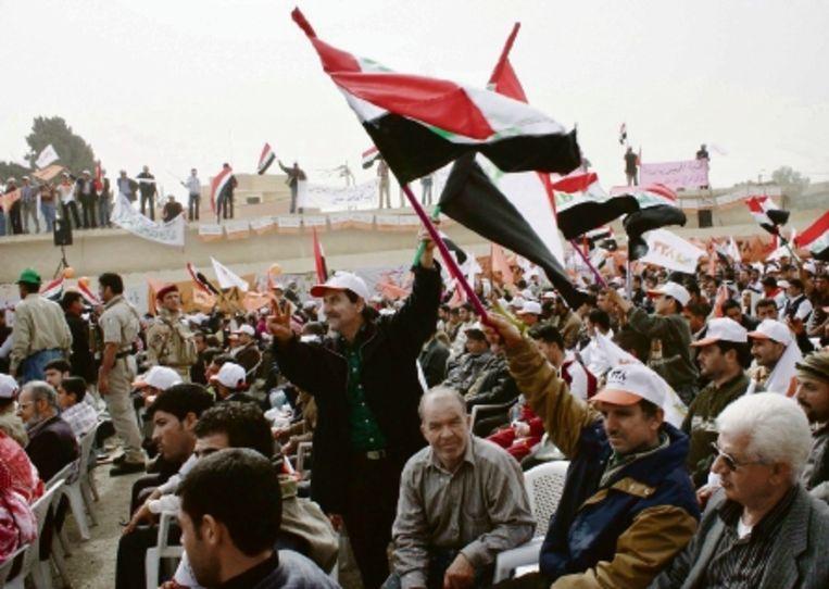 Sympathisanten van het Soennitische Eenheidsfront kwamen afgelopen weekeinde bijeen in het Noord-Iraakse Mosoel. Soennieten, zo'n 40 procent van de bevolking, vrezen uitsluiting door de sjiitische meerderheid. (FOTO EPA) Beeld EPA
