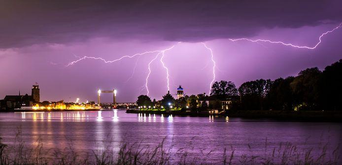 Bliksem boven de skyline van Dordrecht en Zwijndrecht.