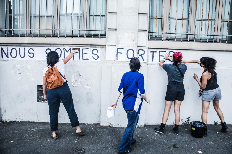 De feministische actiegroep Collages Féminicides gebruikt posters om aandacht te vragen voor vrouwen die door hun (ex-)partner worden vermoord. Beeld Aurélie Geurts