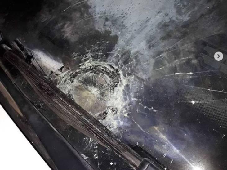 Voorruit van politiewagen in Deurne vernield met vuurwerk: 'Kost alleen maar dure belastingcenten'