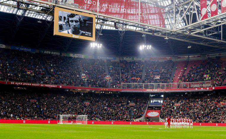 Voorafgaand aan de wedstrijd Ajax - Sparta werd er een minuut stilte gehouden ter nagedachtenis aan Piet Keizer.  Beeld ANP
