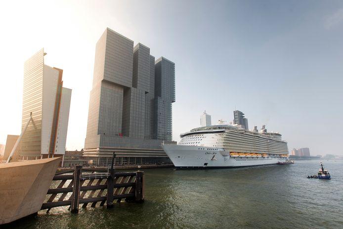 De Oasis of the Seas, het grootste cruiseschip ter wereld, kwam in 2014 naar Rotterdam voor onderhoud.