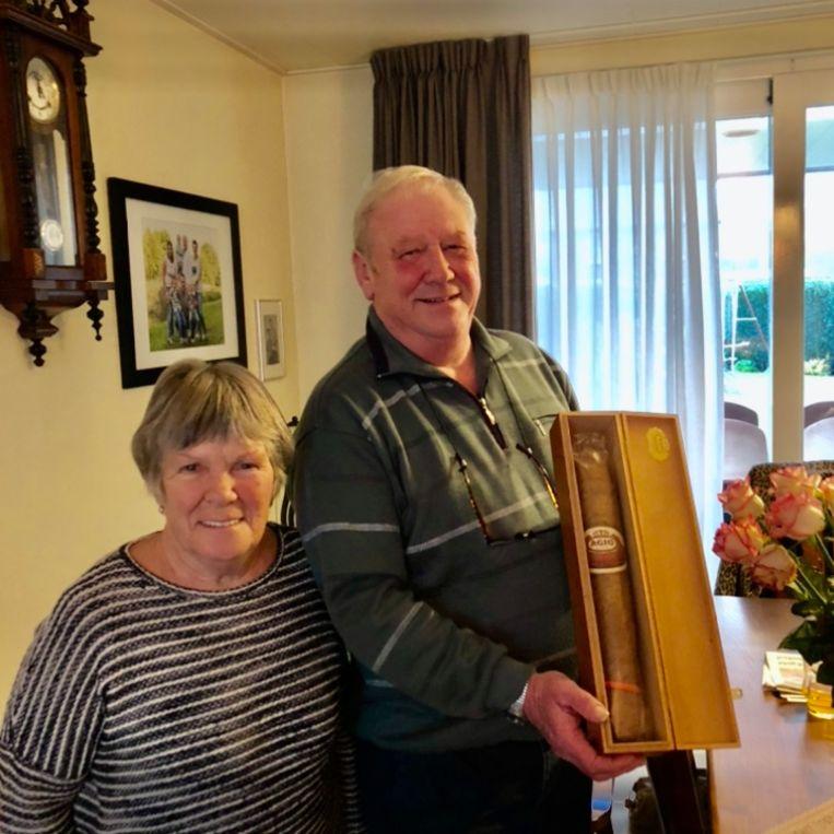 Jac met zijn vrouw Nelly en zijn pensioneringssigaar. Beeld