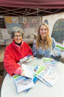 Astrid de la Fuente en Esmee de With delen op de markt in Vaassen folders uit.