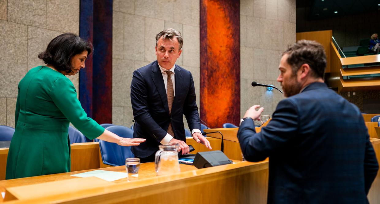 Staatssecretaris Mark Harbers van Justitie en Veiligheid (VVD) met voorzitter Arib en Klaas Dijkhoff (VVD) nadat hij opgestapt is. Beeld Freek van den Bergh