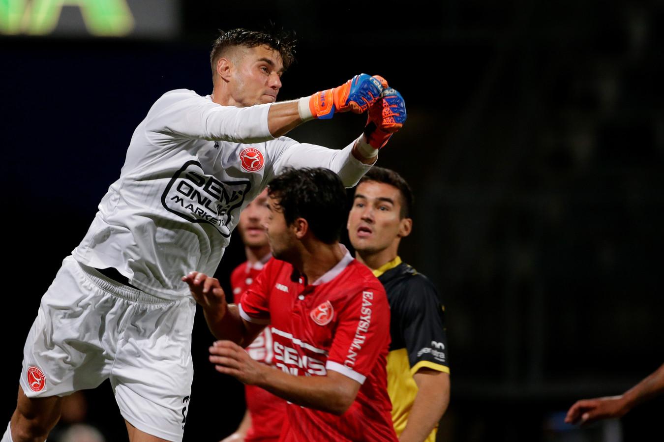 Joshua Smits heerst namens Almere in de lucht tegen Roda JC.