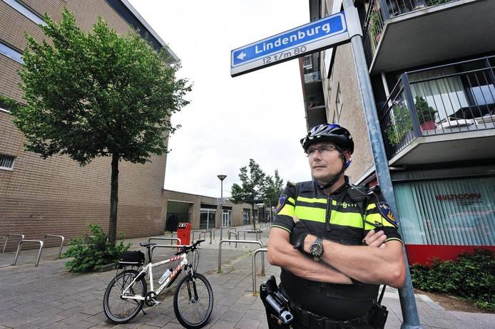 Wijkagent Bas Nielen is tevreden dat de jeugdoverlast in Langdonk-Oost sterk is terug gedrongen. Peter van Trijen.
