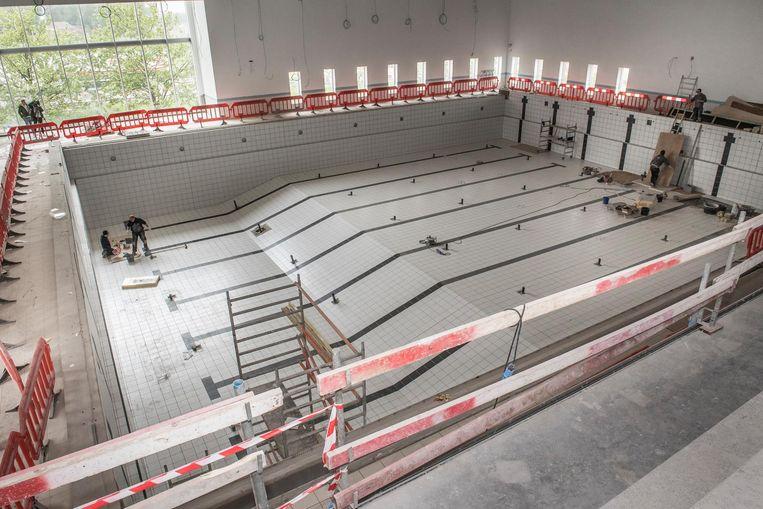 Het sport- en wedstrijdbad telt tien banen, een tribune, een springplank en een springplatform.