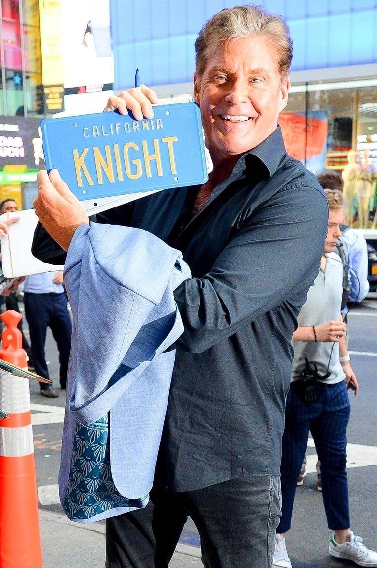 David Hasselhoff poseert met een 'Knight Rider'-nummerplaat.