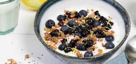 Wat Eten We Vandaag: Yoghurt bowl met muesli en bosbessenjam