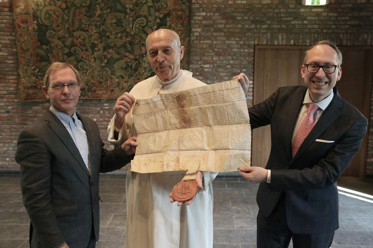 V.l.n.r. : Jan Sanders van BHIC uit Nederland , pater Ivo en Johan Dambruyne van het Antwerpse rijksarchief.