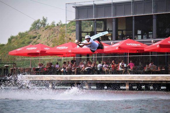 Een wakeboarder aan Wake-up Cable Antwerpen