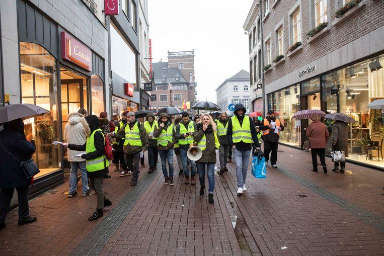 Gele Hesjes trokken door de drukke winkelstraat van Hasselt waar ze 1.000 flyers uitdeelden en halt hielden aan de winkel van Proximus om daar de medewerkers een hart onder de riem te steken.