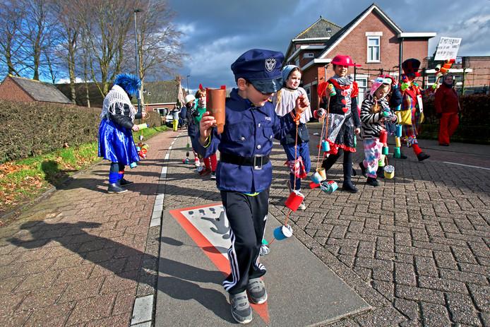 Carnavalsoptocht in Uilendonck (Oosteind). De kinderen van de Kullukes met als motto Ut mot nie gekker worre, maar kan oos nie gek genoeg.
