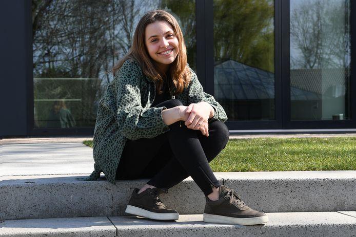 Geertje Hovers is jong en woont in Raamsdonk. Ze zit lekker in de zon op haar eigen stoep in hun tuin.