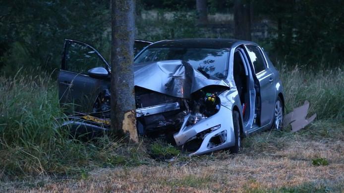 Het wrak van de auto van de vrouw uit Schijndel nadat ze op de kei was gebotst.