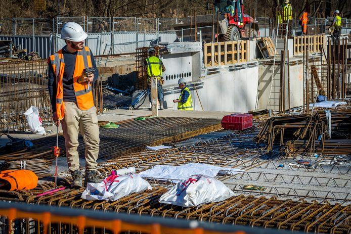 Er ontstaat een nog groter woningtekort als er niet snel genoeg wordt bijgebouwd. Dat zou ook helpen de economische crisis deels te bezweren.