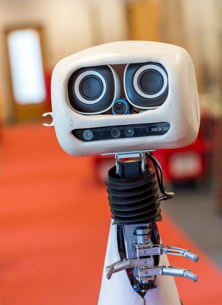 De zelflerende zorgrobot Robbie geeft een demonstratie bij de TU Delft. Beeld ANP