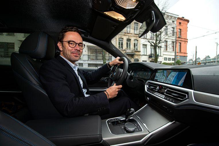BMW-woordvoerder Jeroen Lissens in een nieuw model. Aan de hand van de gps-coördinaten bepaalt de wagen welke motor ingeschakeld wordt.