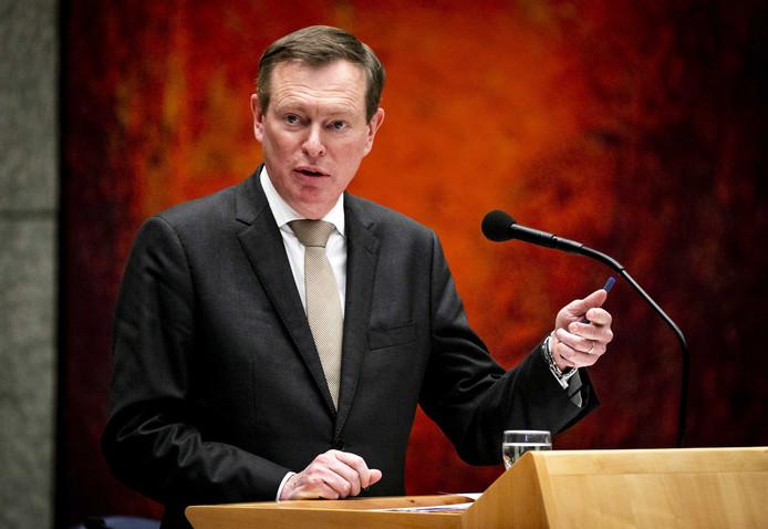 Minister Bruno Bruins, minister voor Medische Zorg, verklaart dat Nederland 'afhankelijk wordt van leveranciers ver weg'.