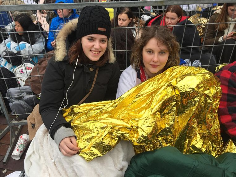 Rowena (links) en Tessa hebben vrienden gemaakt in de rij Beeld Josien Wolthuizen