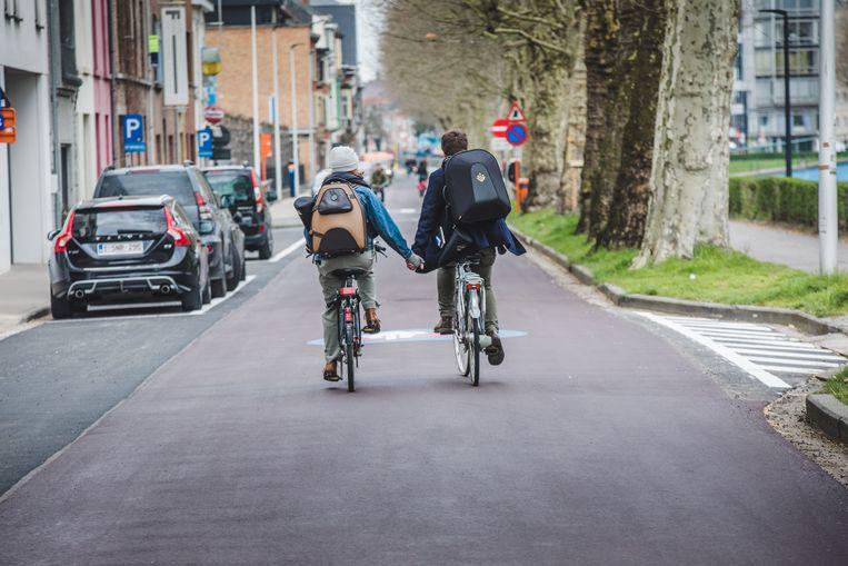 Nog een voordeel van een brede fietsstraat... verliefde koppels kunnen er al eens een hand geven (al mag dat eigenlijk niet).