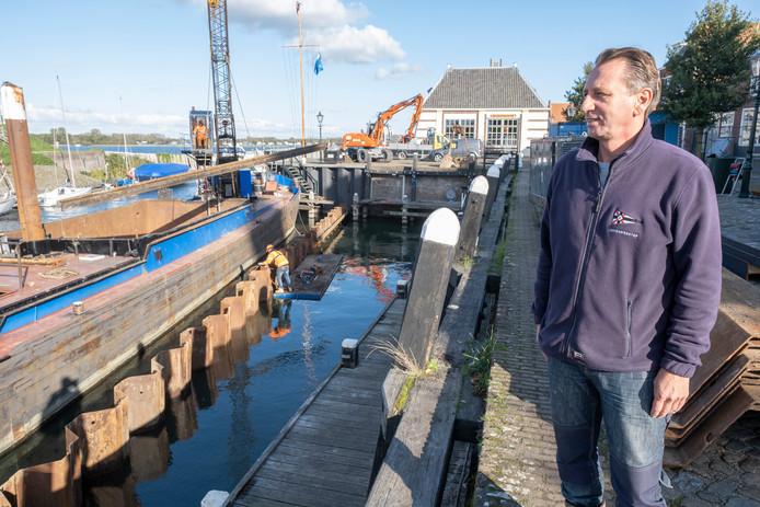 Havenmeester Paul de Bruijn houdt de werkzaamheden in de haven van Veere in de gaten.