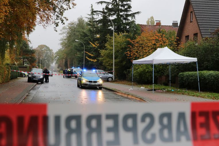 Onderzoek, vlak over de grens in Duitsland, waar een advocaat uit Enschede vanuit een rijdende auto werd beschoten. Beeld ANP