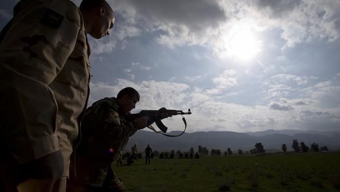 Nederlandse trainers leiden in het noorden van Irak Koerdische Peshmerga-strijders op. De cursisten volgen de infanteriecursus en leren hoe ze terreurorganisatie IS op de grond kunnen bevechten.