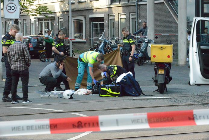 Een scooterrijder knalde zondagmiddag in de Hobbemastraat in Den Haag op een wit busje.