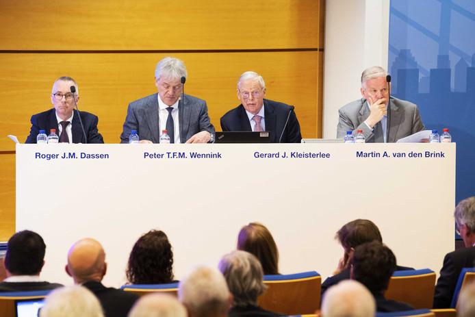 Leden van de Raad van Bestuur en de Raad van Commissarissen tijdens de aandeelhoudersvergadering van ASML.