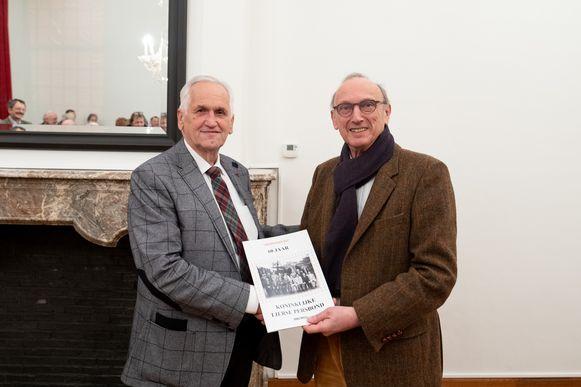 Voorzitter Herman De Belder overhandigde het eerste exemplaar van het jubileumboek aan burgemeester Frank Boogaerts, zelf een oud-lid.