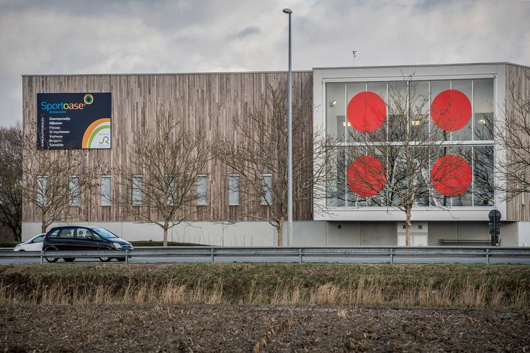 De vier grote rode stippen op de grote raampartijen van Sportoase Schiervelde.